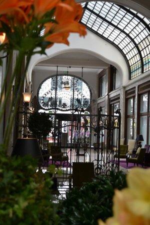 Four Seasons Hotel Gresham Palace: Inside lobby view