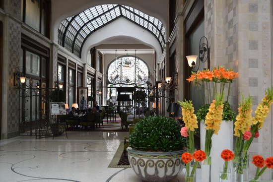 Four Seasons Hotel Gresham Palace: Lobby view with piano