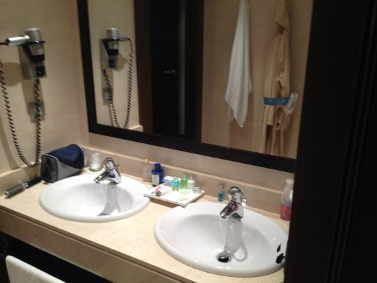 NH Collection León Plaza Mayor: Bathroom