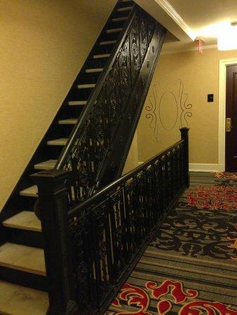 The Algonquin Hotel Times Square, Autograph Collection: escada interna