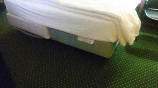 Fort Magruder Hotel: Lovely bed skirt \not!