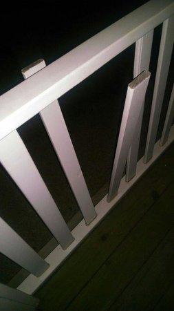Fort Magruder Hotel: Broken rails from gazebo