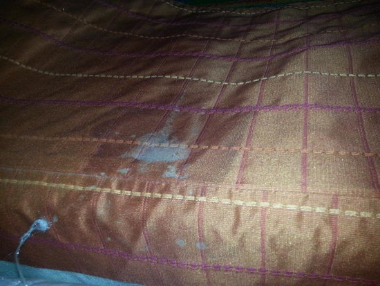 Coco Key Hotel and Water Park Resort: Disgusting white stain in bedskirt