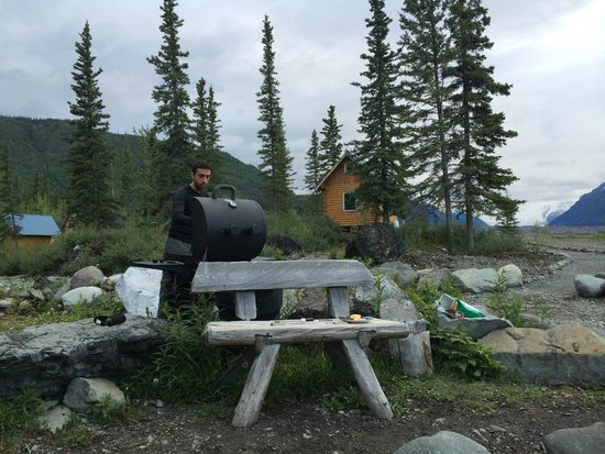 Kennicott River Lodge: grill / bonfire