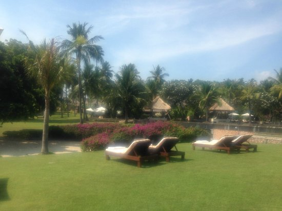 The Oberoi, Lombok: Sunbeds as you approach the beach