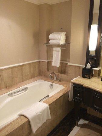 Shangri-La Hotel Sydney: bathroom in the opera house/city view room (20th floor)