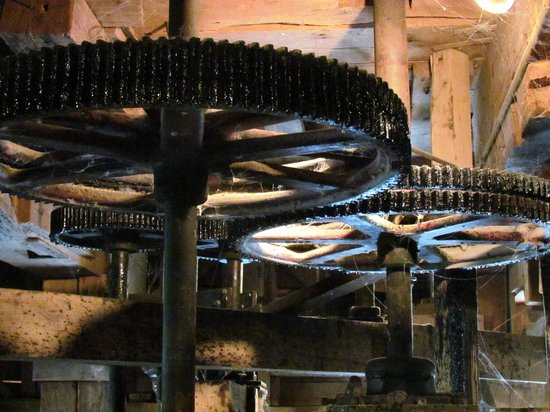 Bonneyville Mill County Park : gears to turn the stone