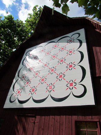 Bonneyville Mill County Park: Barn with painted quilt square