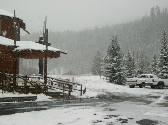 The Lodge at Lolo Hot Springs: The Snowy Parking Lot