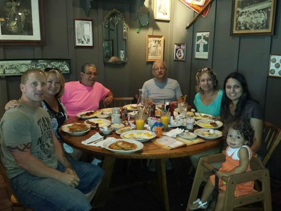 Cracker Barrel Old Country Store and Restaurant: Brunch no dia das maes de 2014!