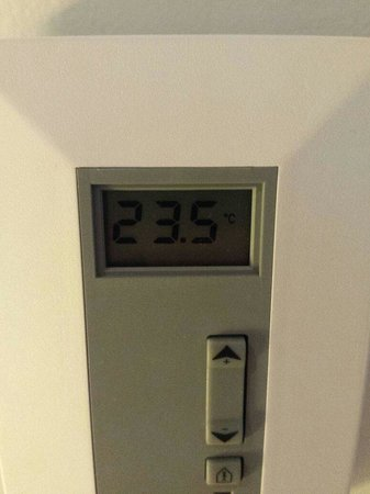 Holiday Inn Express Amsterdam-Sloterdijk Station: Room temperature doesnt work , 1am Temperature. Hotel runs a climate control system that seems f