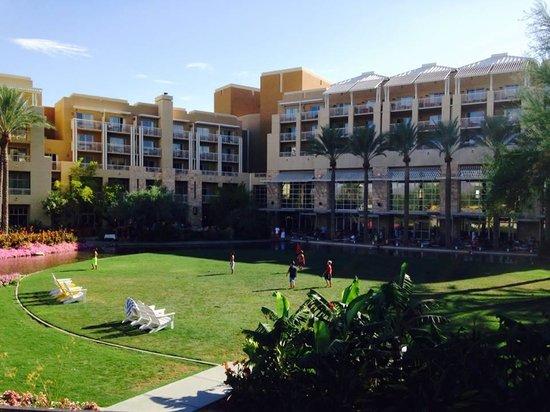 JW Marriott Phoenix Desert Ridge Resort & Spa: Band on Patio and Kids Playing on Lawn