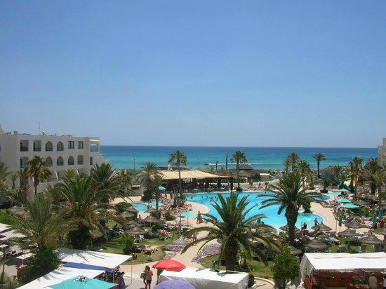 Vincci Nozha Beach Resort: la vista su piscina e mare dal balcone della camera