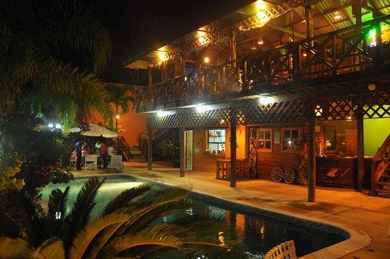 Hotel Capitan Beach: piscina y restaurante by night