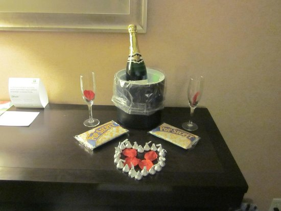 Holiday Inn Hotel & Suites Parsippany Fairfield: Champagne and chocolate gift
