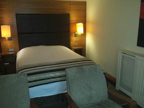 Big Blue Hotel: Bed