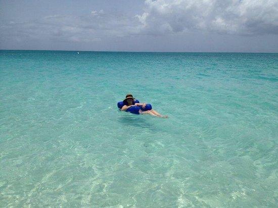 Seven Stars Resort: praia com bóia do hotel