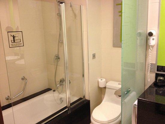 Hotel Riu Plaza Panamá: Baño enorme