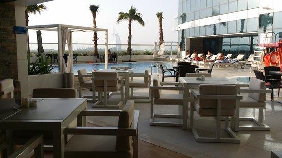 Novotel Dubai Al Barsha: Pool bar.