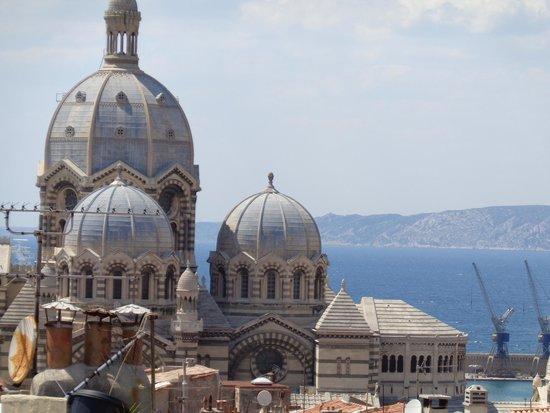 Au Vieux Panier : La lindísima Catedral de Marsella vista de la terraza del Hotel.