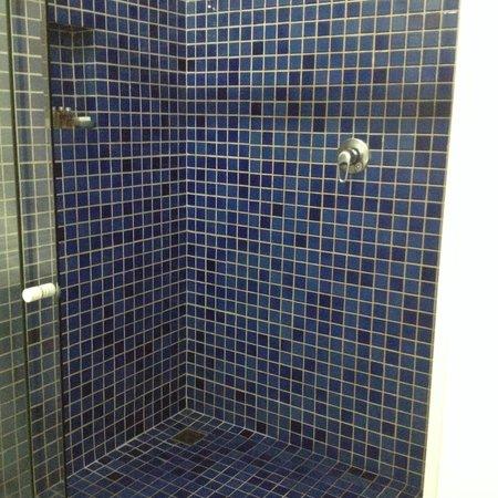 Arraial D'Ajuda Eco Resort: Banheiro enorme, quentinho, limpinho e não vaza água pra fora...