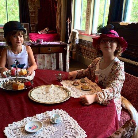 Lynn Meadows Discovery Center: Tea time