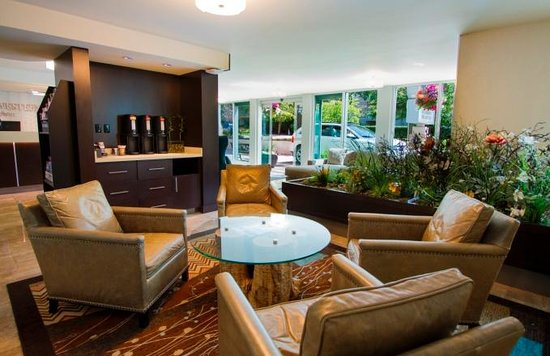 Best Western Plus Inner Harbour: Enjoy complimentary coffee and tea while you relax in the lobby.