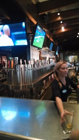 Barra de cervezas en Yard House