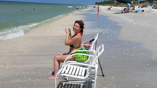 Island Inn : daughter on beach