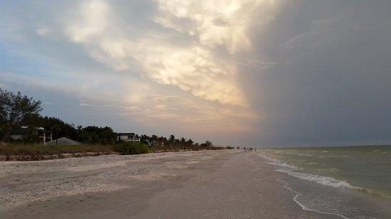 Island Inn : sunset on beach