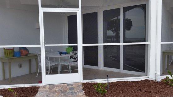 Island Inn: screened porch