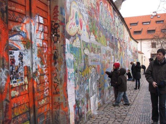 Mala strana: Lennon wall