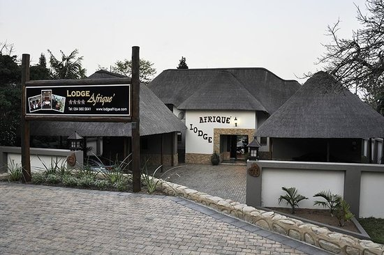 Lodge Afrique: Entrance from road to Afrique