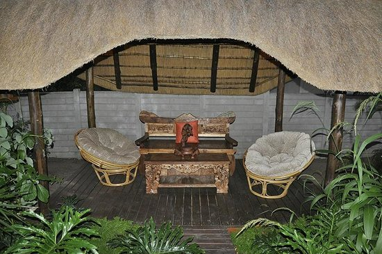 Lodge Afrique: Quiet outdoor sitting area at Afrique