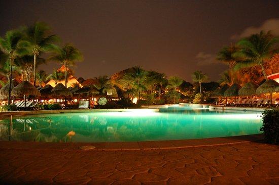 Iberostar Quetzal Playacar : Main pool at night