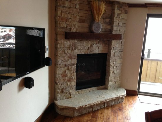 Landmark Condominiums: Nice fireplace