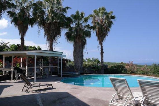 Luana Inn: Pool & Hot Tub on the Lanai