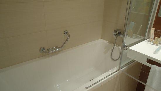 LOFT Hotel Bratislava: Bathtub and shower