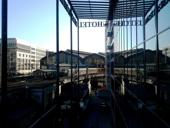 Eurostars Berlin Hotel : Vista da janela do hotel para a Friedrichstrasse Bahnhof