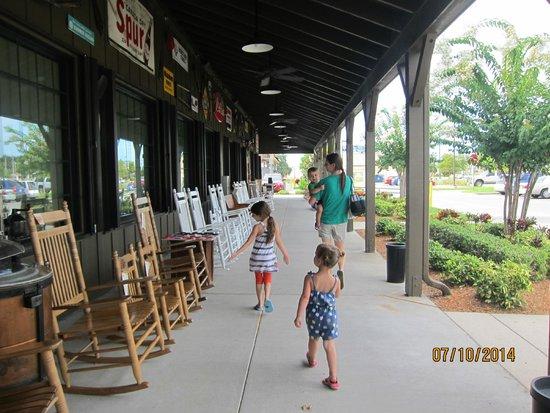 Cracker Barrel: Family walking up to the door