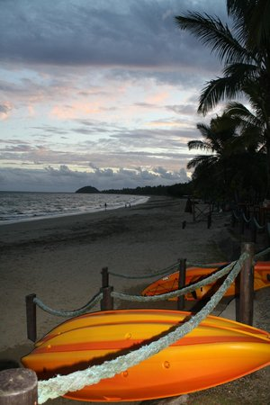Uprising Beach Resort: Kayaks at oceanfront