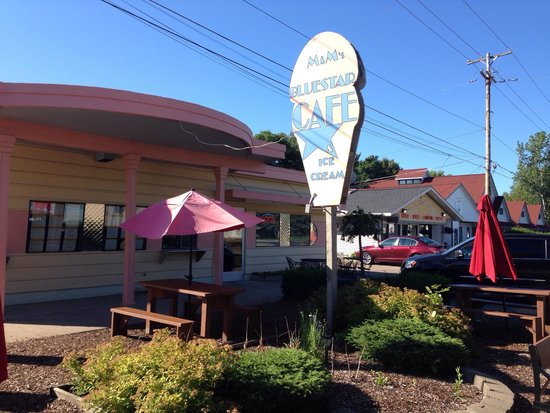 Blue Star Motel: Complimentary breakfast next door