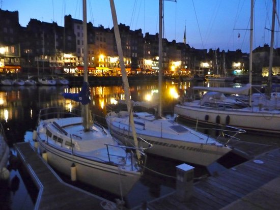 Le Vieux Bassin : Sailboats in evening harbor