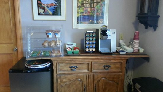 Buona Sera Inn: coffee, juice and breakfast snacks