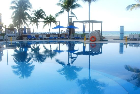 Gran Porto Resort: A picture of the pool early in the morning.