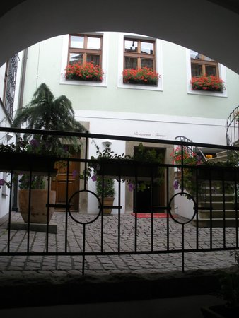 Golden Well Hotel : just inside small interior courtyard