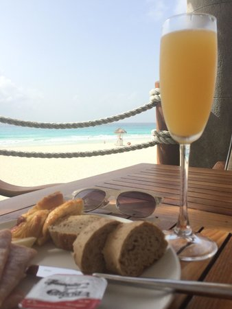 Grand Park Royal Cancun Caribe: Mimosas with a view from the premier lounge. Courtesy of the best server Ricardo.