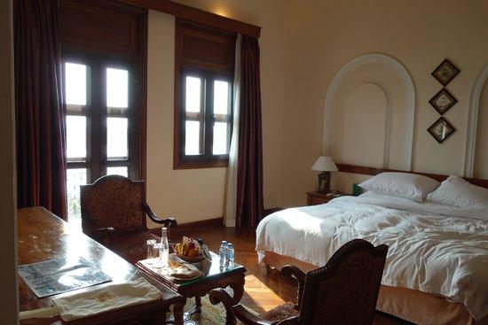 Hotel Majestic Saigon : 本館の部屋は天井が高い