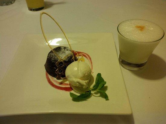 SUMAQ Machu Picchu Hotel: Chocolate cake and icecream dessert, yummy.