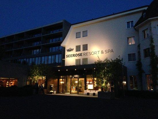 Seerose Resort & Spa : Haupteingang bei Nacht
